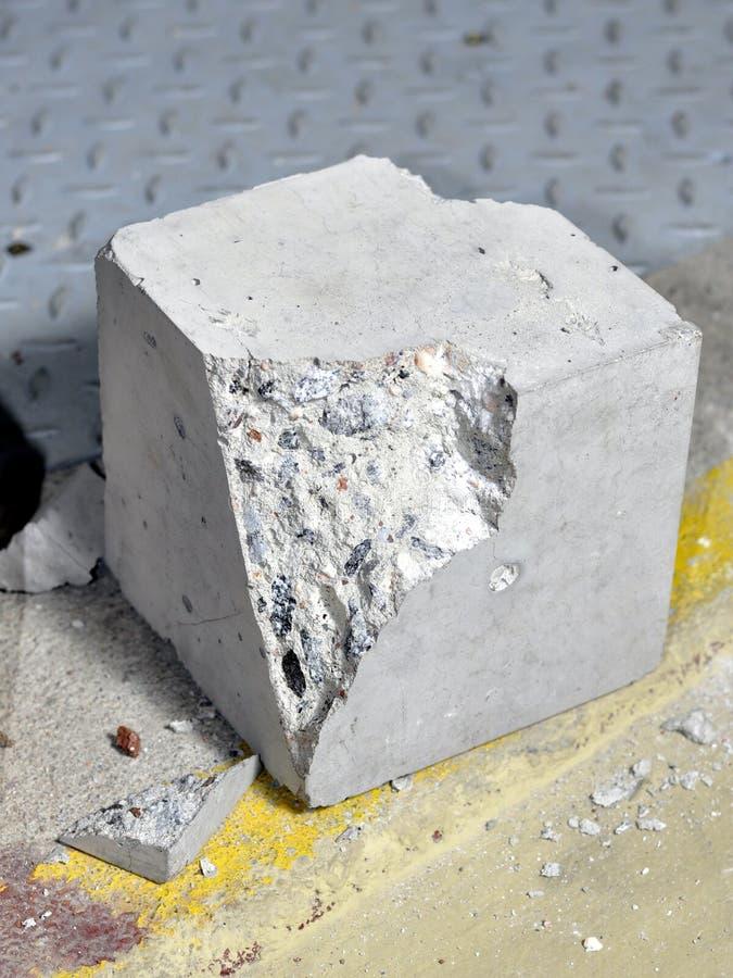Разрушенная бетонная плита стоковые изображения