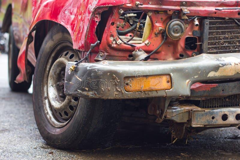 Разрушенная красная автомобильная катастрофа стоковая фотография