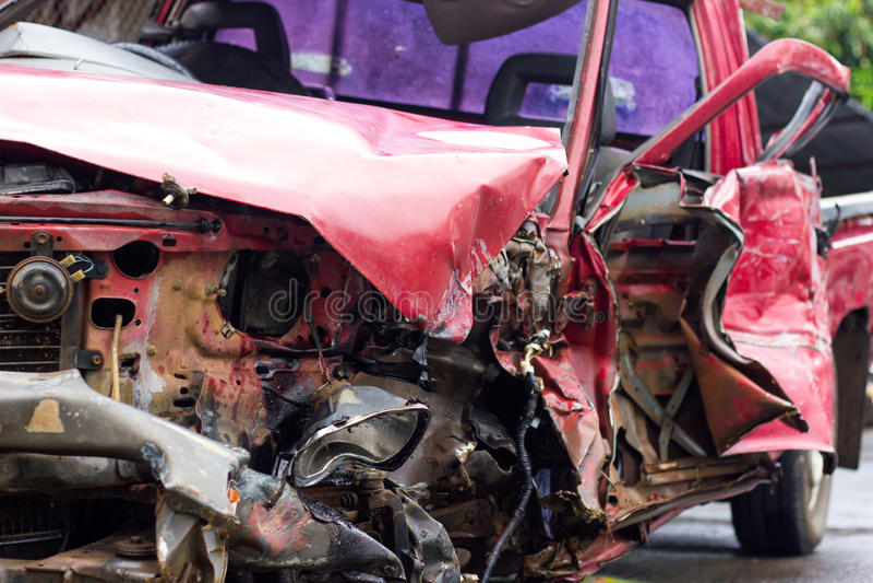 Разрушенная красная автомобильная катастрофа стоковые фотографии rf