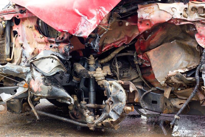Разрушенная красная автомобильная катастрофа стоковые изображения