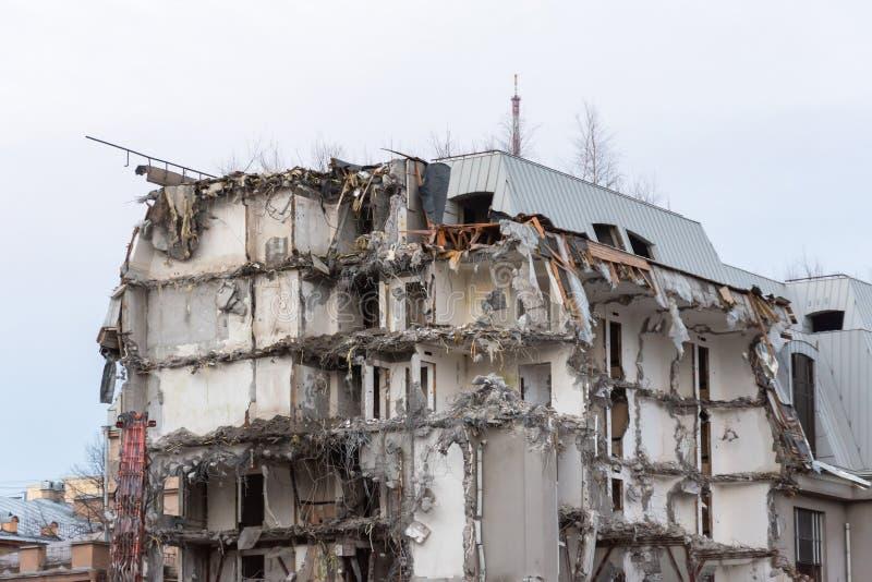 Разрушенное здание после подрывания, искусственной аварии Инженерство и конструктивные ошибки стоковые изображения rf