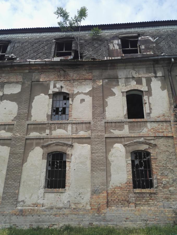 Разрушенные и покинутые промышленные здания стоковые фотографии rf