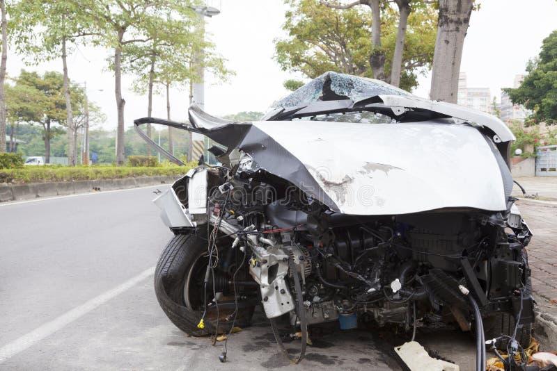 Разрушенный автомобиль на дороге стоковое фото