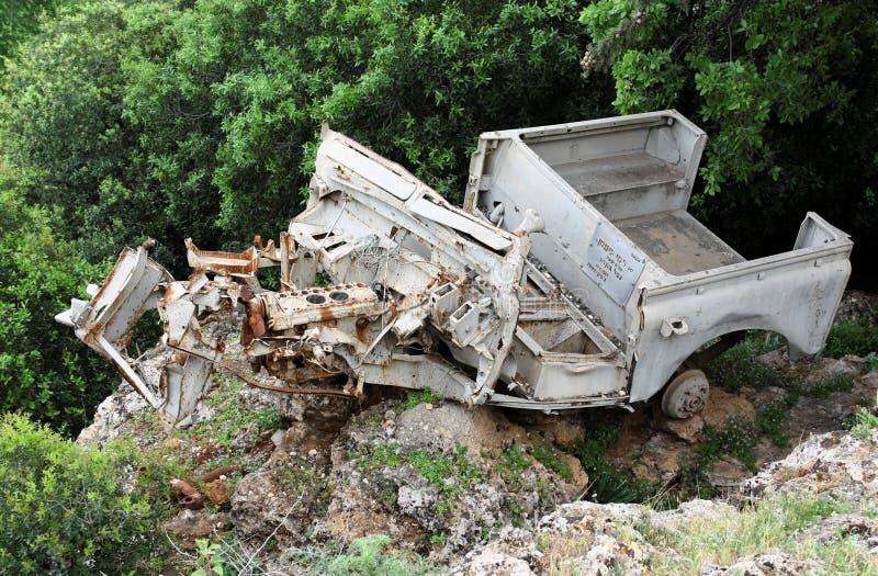 Разрушенный воинский Land Rover выведенный как военный мемориал стоковое фото