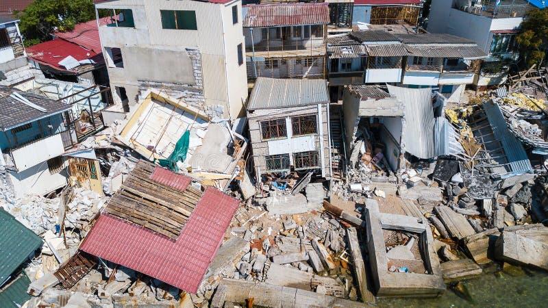 Разрушенный дом после землетрясения на seashore стоковые фотографии rf