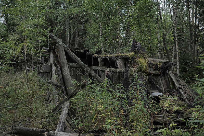 Разрушенный деревянный дом стоковое изображение rf