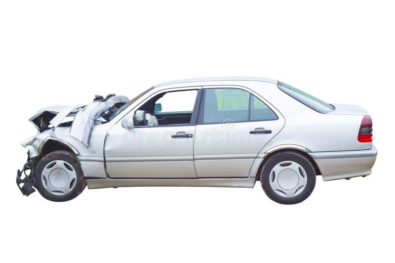 Разрушенный изолированный автомобиль в аварии стоковые изображения