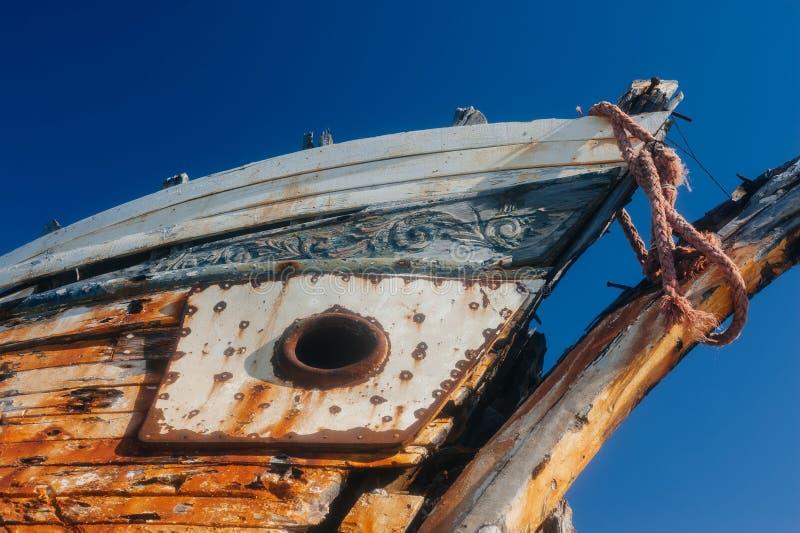 Разрушенный корпус рыбацкой лодки деревянный с ржавым металлом и старой краской стоковые фото