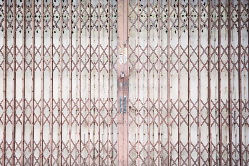 Раздвижная дверь гриля металла с замком пусковой площадки и ручкой алюминия стоковые фотографии rf