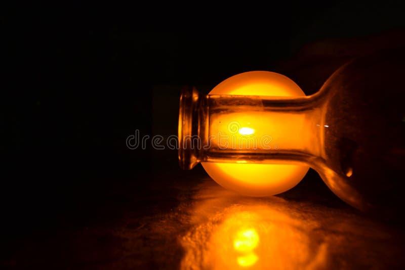 разлейте белизну по бутылкам воды путя клиппирования изолированную стеклом минеральную стоковые изображения rf