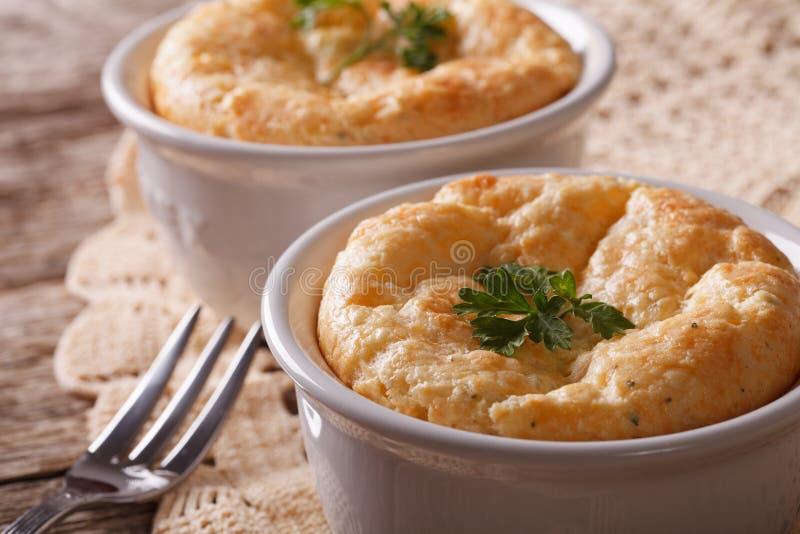 Разделайте суфле сыра в белом баке на конце-вверх таблицы Horiz стоковая фотография
