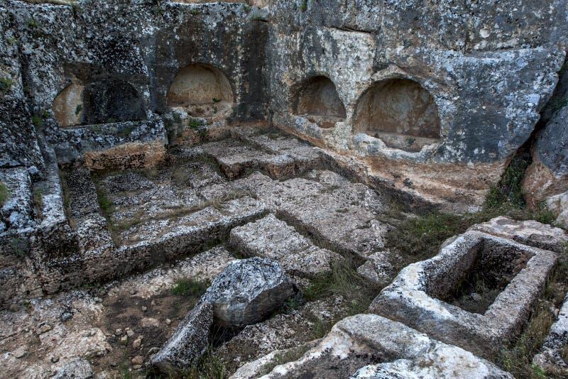 Раздел усыпальниц утеса высек в горный склон на древнем городе Perre около Adiyaman в юговосточной Турции стоковые фото