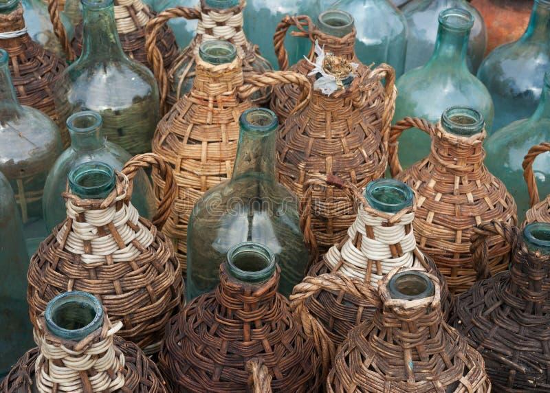 разливает старое вино по бутылкам стоковые изображения rf