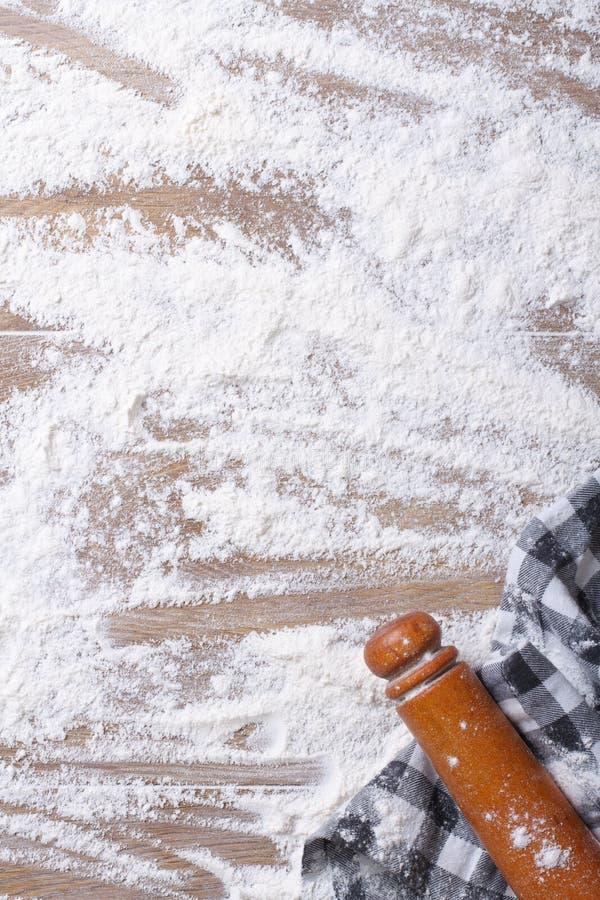 Разливать муку на доске, вращающей оси и полотенце кухни стоковое изображение rf