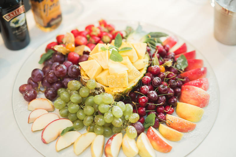 Различная помадка отрезала плодоовощ на таблице шведского стола стоковые фото