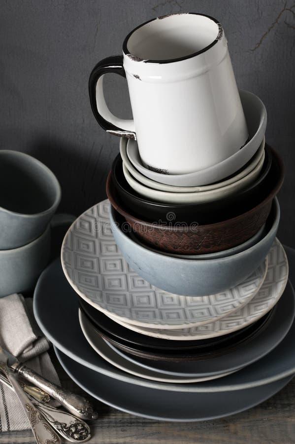 Различная посуда на кухонном столе стоковая фотография rf