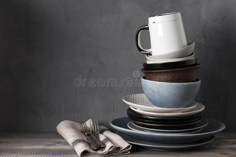Различная посуда на кухонном столе стоковое фото rf