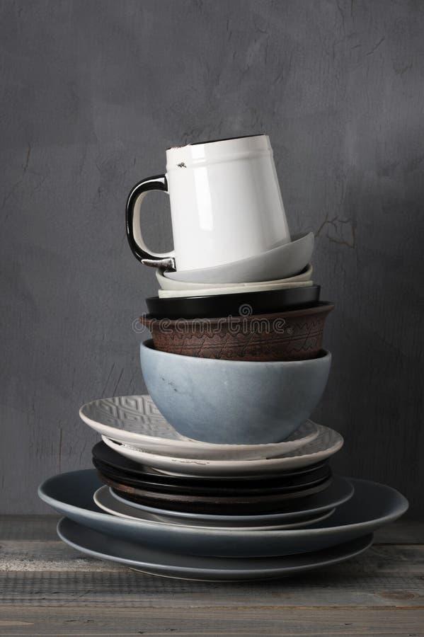 Различная посуда на кухонном столе стоковые изображения