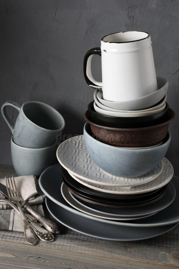 Различная посуда на кухонном столе стоковое фото