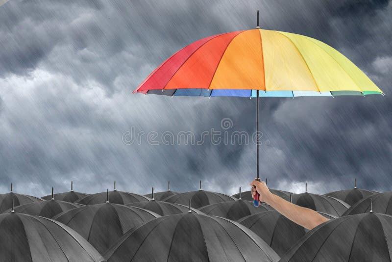 Различное красочное удерживание зонтика стоковые изображения