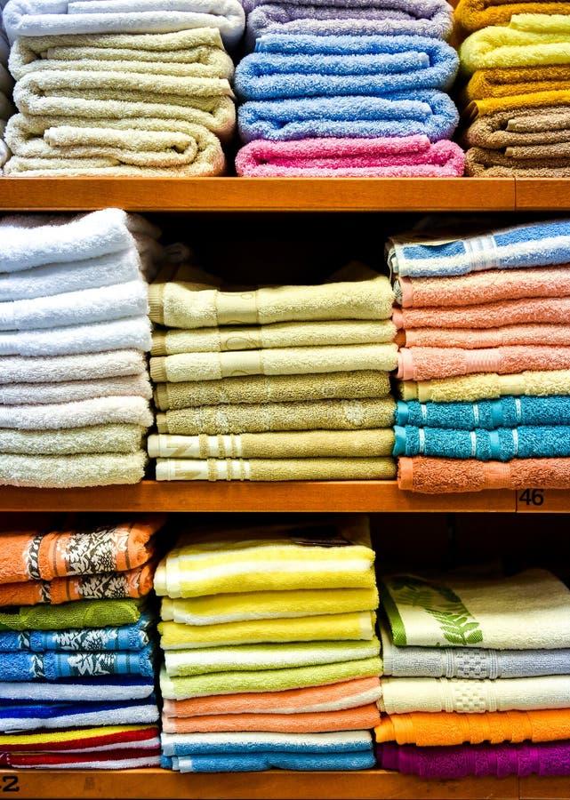 Различное разнообразие красочных полотенец сложенных в отделе фабрики стоковые изображения rf