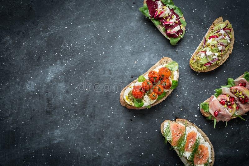 Различные виды красочных сандвичей на черноте стоковая фотография