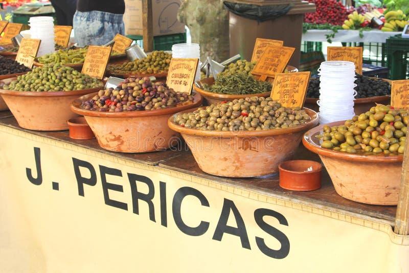 Различные виды оливок на рынке, Мальорке, Испании стоковые изображения rf