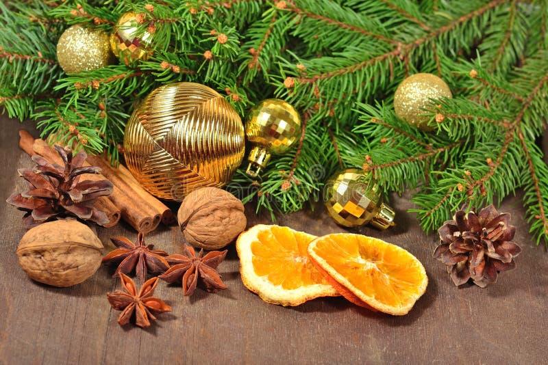 Различные виды специй, гаек, конусов и высушенных апельсинов, Христоса стоковые изображения