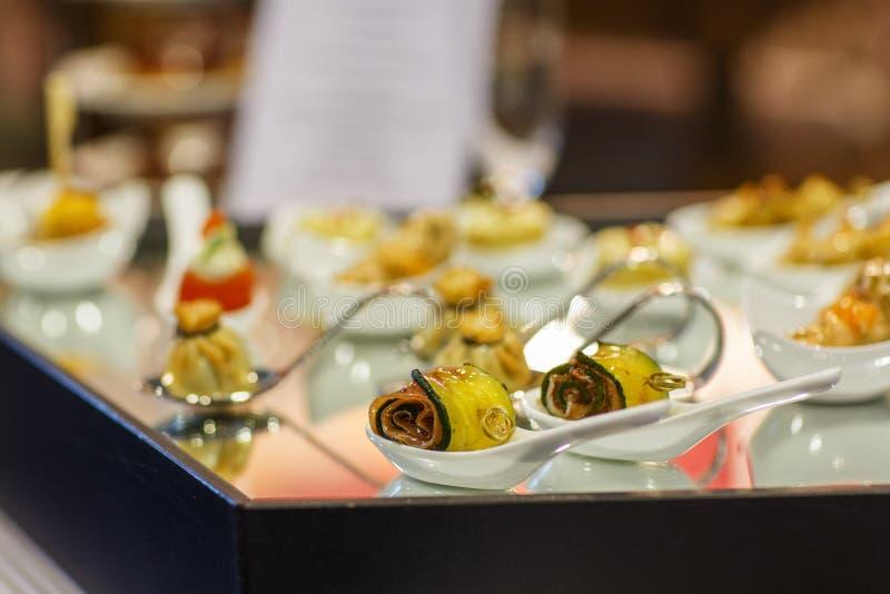 Download Различные вкусные закуски на роскошной таблице банкета Стоковое Изображение - изображение насчитывающей праздник, еда: 37925905