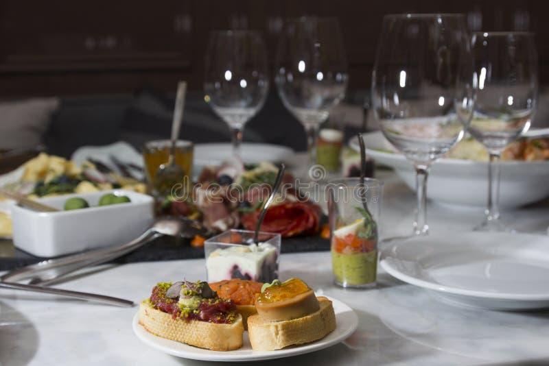 Различные закуски и закуски готовые для партии коктеиля стоковые изображения rf