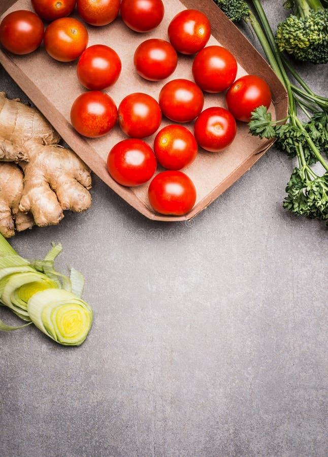 Различные здоровые вегетарианские ингридиенты на серой каменной предпосылке, взгляд сверху стоковое фото rf