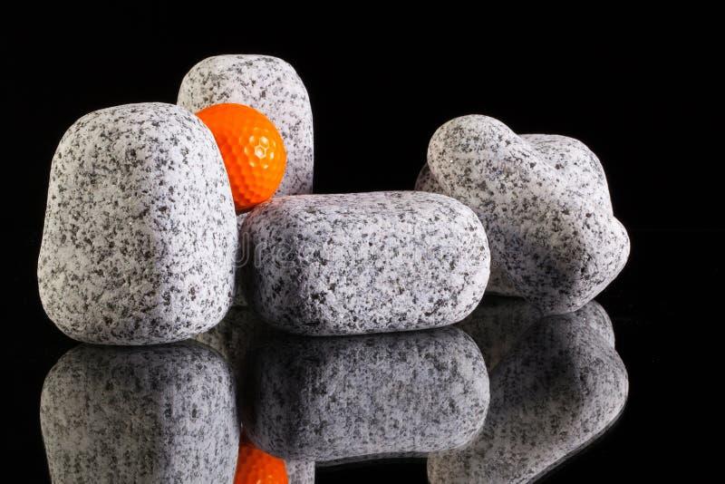 Различные камни и шар для игры в гольф гранита стоковые изображения