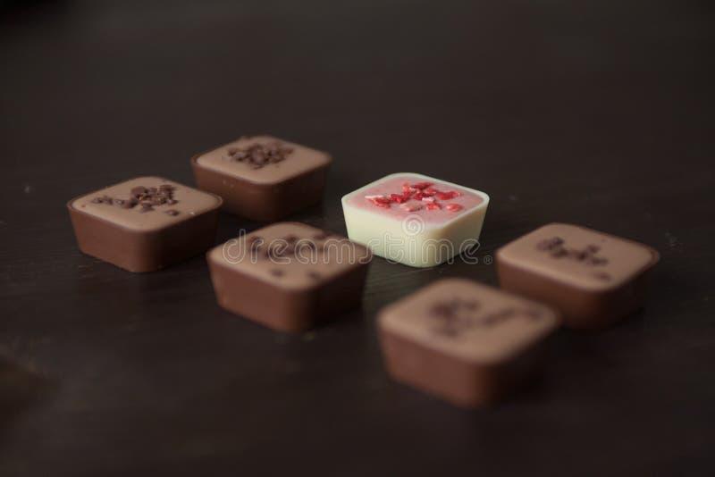 Различные конфеты на деревянном столе стоковые изображения rf
