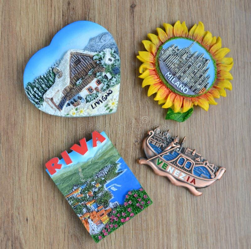 Различные магниты сувенира на деревянном столе стоковая фотография rf