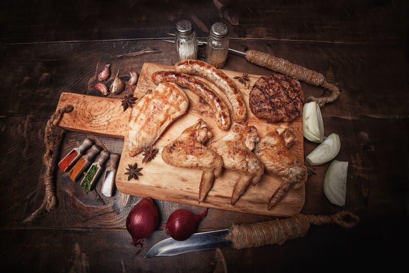 Различные мяс жарят, предпосылка еды, деревянная предпосылка стоковые изображения