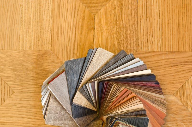 Различные образцы цвета деревянного пола на коричневой предпосылке партера. стоковые фотографии rf