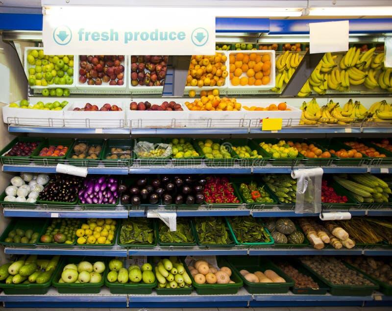 Различные овощи и плодоовощи на дисплее в гастрономе стоковые изображения rf