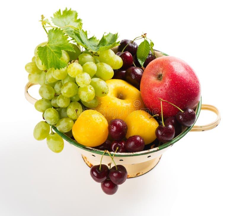 Различные плодоовощи в дуршлаге стоковая фотография