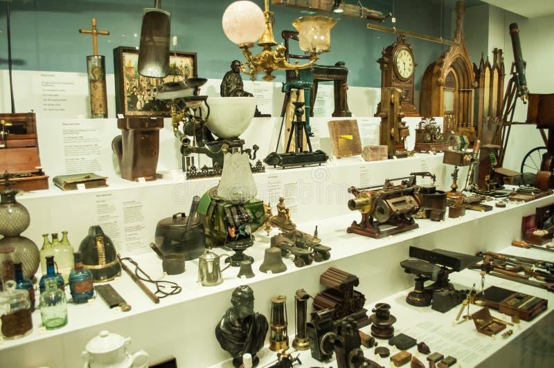 Различные ретро объекты показанные в витринах в музее науки Лондона стоковое фото rf