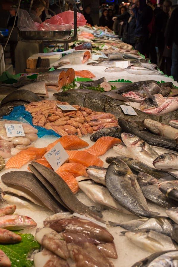 Различные рыбы на рынке в Барселоне стоковое изображение rf