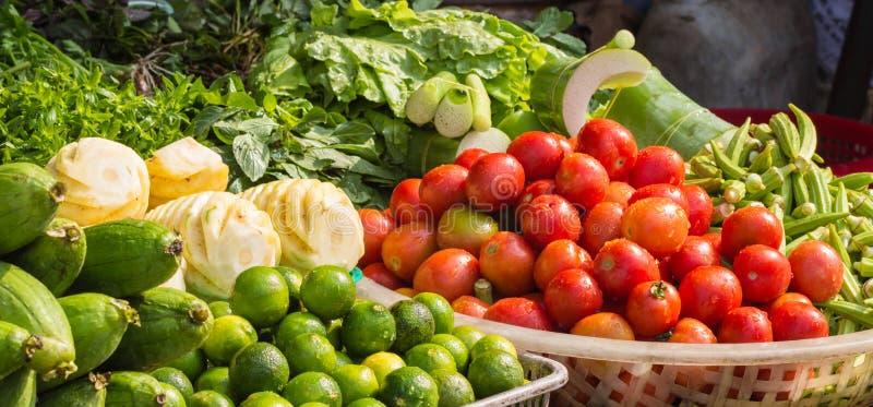 Различные свежие фрукты и овощи на рынке стоковое изображение