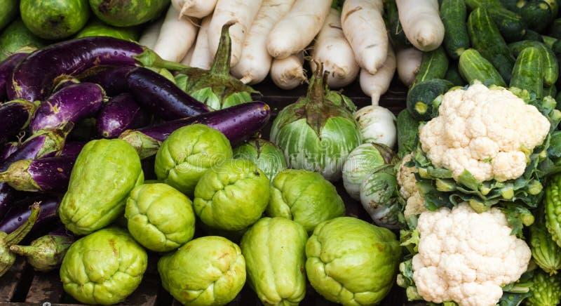 Различные свежие фрукты и овощи на рынке стоковое фото rf