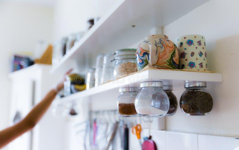 Различные утвари на полке кухни стоковое изображение rf