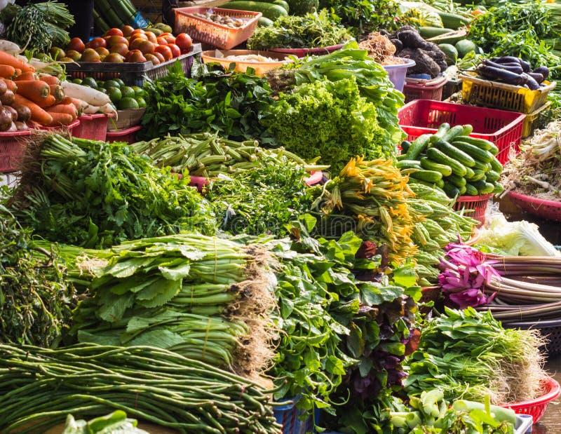 Различные фрукты и овощи на рынке в Таиланде стоковая фотография rf