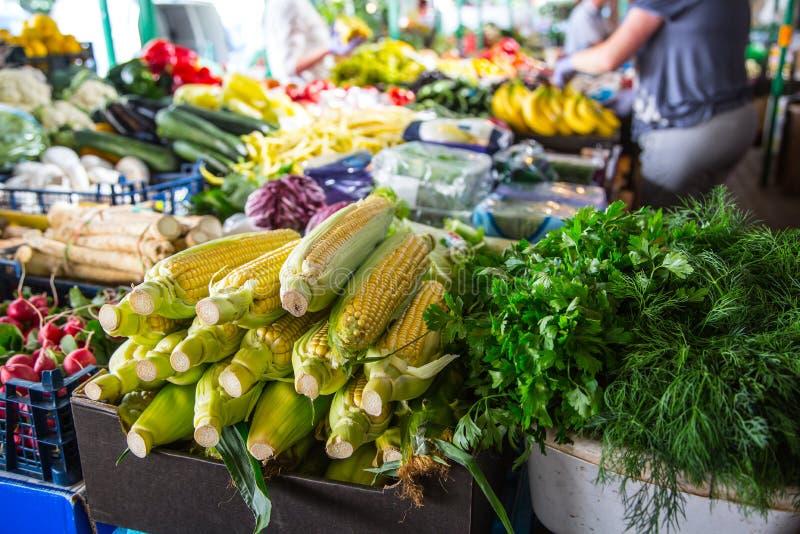 Различные фрукты и овощи на рынке фермы в городе Фрукты и овощи на рынке хуторянин стоковые фото