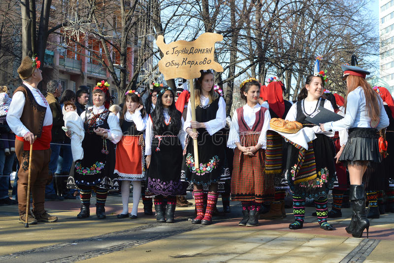 Различные люди поколений с фольклорными костюмами на улицах Pernik во время фестиваля Surva стоковые фото