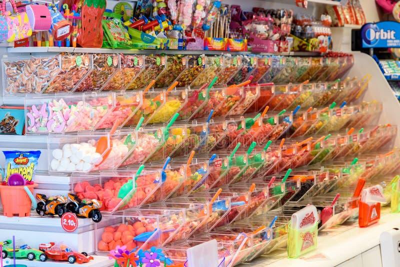 Различный красочный сладостный студень для продажи в магазине конфеты стоковые изображения rf