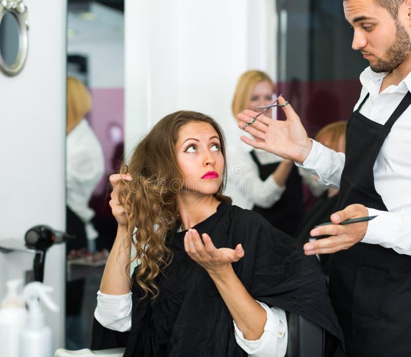 Раздражанные клиент и парикмахер стоковые фото