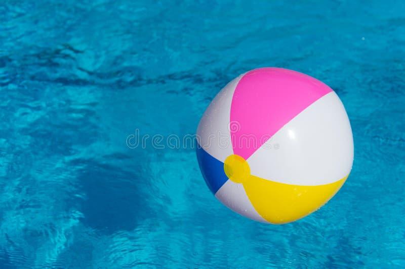 Раздувной шарик на бассейне стоковое фото