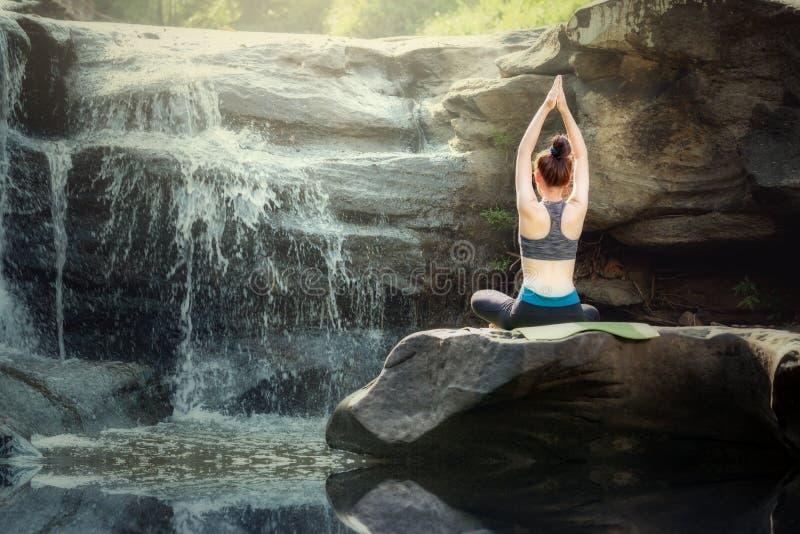 Раздумье йоги в тренировке женщин природы стоковые фотографии rf